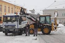 Odklízení sněhu z pozemních komunikací v Hroznětíně za pomoci techniky.