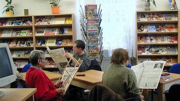 KNIHY NEBO POČÍTAČE? Lidé sice využívají stále častěji internet, klasické knihy ale nejsou na ústupu. Neubývá ani nově registrovaných čtenářů v karlovarských knihovnách.