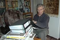 KRONIKÁŘOVA HORA. Za stohy dokumentů z prvního pololetí loňského roku se Květoslav Kroča skoro ztrácí.
