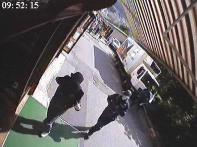 Kamery zaznamenaly tři maskované ozbrojené muže, kteří krátce před desátou hodinu ráno vnikli do prodejny, kde odcizili zboží za 20 milionů korun.