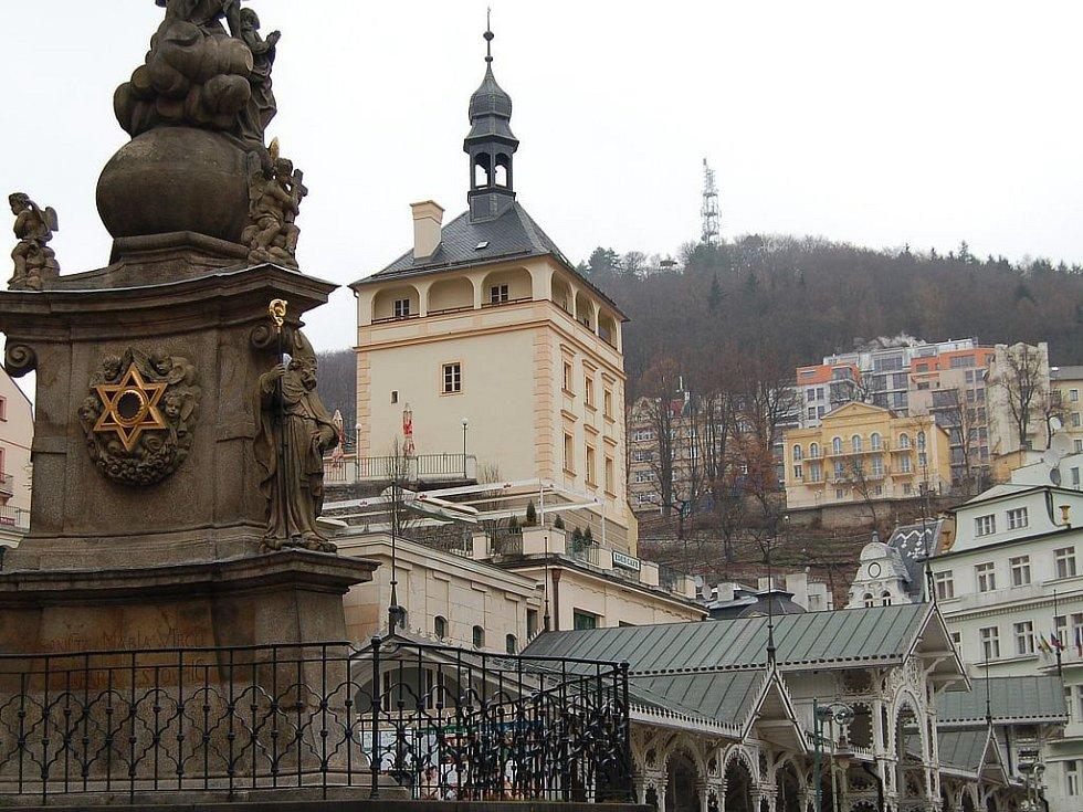 ARCHITEKTONICKÝ OMYL. Karlovy Vary se pyšní výjimečnou architekturou, kterou ovšem v poslední době narušují nevhodné novostavby. Památkáři bojovali například i s rezidenčním domem Na Vyhlídce (na snímku vpravo nahoře).