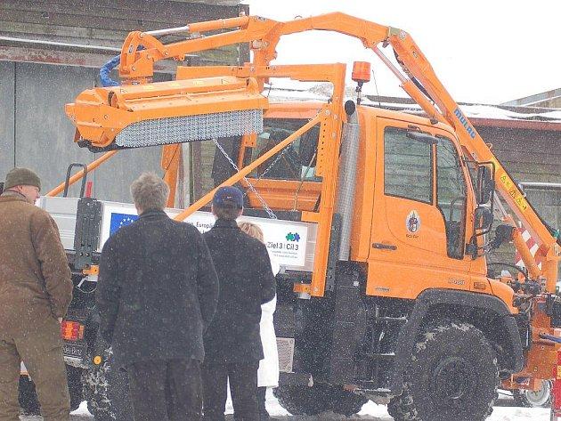 Důkazem spolupráce horských obcí je například nový multifunkční stroj, který bude pomáhat i v německých obcích.