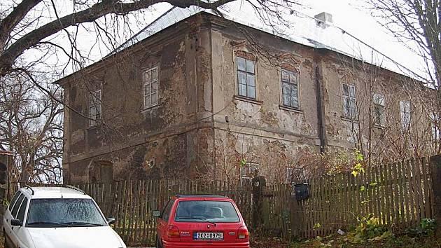 Chátrající bečovská fara stále zůstává v majetku církve. Letos už dostala novou střechu, aby do objektu nezatékalo. Opravu zaplatilo město.