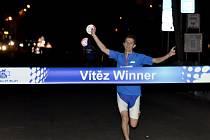 500 běžců se srovnalo při prvním ročníku CITY NIGHT RUNu v Karlových Varech na startovní rošt, kdy následně proběhli tříkilometrovou trasu za svitu kolonád.
