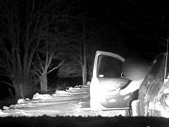 Před policisty ujíždějící řidič skončil v závějích