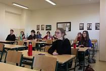JEDNA z devíti skupin čtvrťáků sokolovského gymnázia, která si včera vyzkoušela státní maturitu. Do deváté hodiny ranní chybí pár minut. Poté začne dvanáct studentů na snímku s vyšší úrovní didaktického testu z českého jazyka.