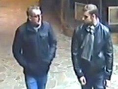 Záběry bezpečnostních kamer ukazují fotografie možných pachatelů