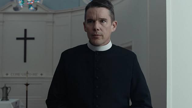 Ethan Hawke ve Varech uvede thriller Paula Schradera Zoufalství a naděje, v němž famózně ztvárnil postavu kněze procházejícího krizí víry.