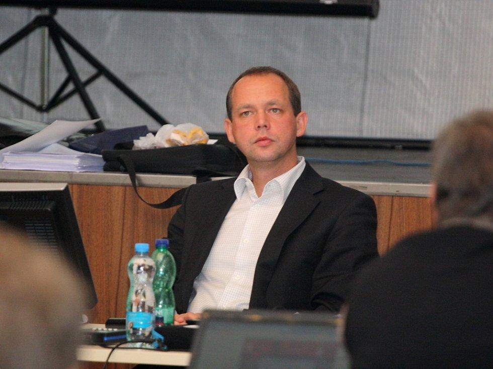Jednání karlovarského zastupitelstva. Primátor města Petr Kulhánek.