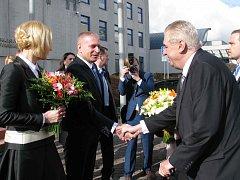 Prezident Miloš Zeman s chotí začal svou třídenní návštěvu v Karlovarském kraji na krajském úřadu.