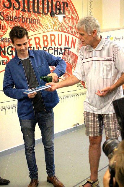 Příležitost si nenechal ujít ani herec Jáchym Novotný (vlevo) a Miroslav Morávek z nakladatelství Koniáš. Kniha se křtila, jak jinak, neochucenou minerálkou