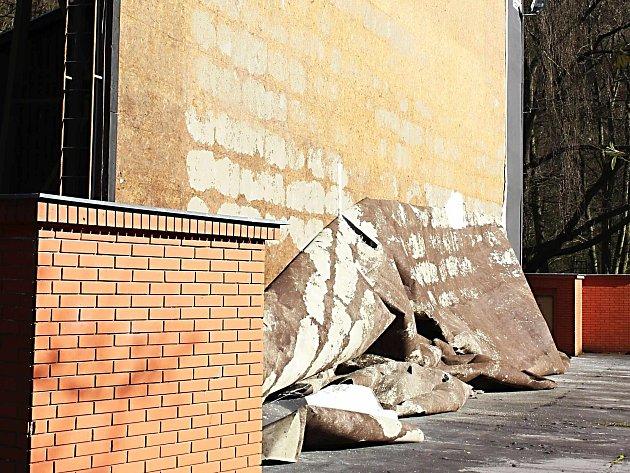 LETNÍ KINO v Karlových Varech postihla nehoda v podobě spadlého plátna. Do zahájení mezinárodního filmového festivalu ale má být plocha připravena k promítání. Plátno nahradí nátěr.