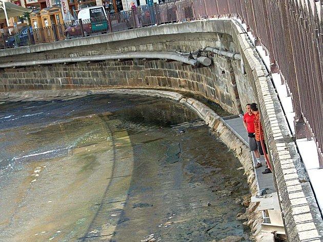 CESTA KORYTEM. Část trasy povede přímo korytem řeky Teplé. Bude patřit mezi atrakce stezky.
