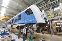 Čtyři nové vlakové soupravy za zhruba půl miliardy korun vznikají v rámci společného projektu Karlovarského a Plzeňského kraje a Českých drah v plzeňské Škodě Transportation.