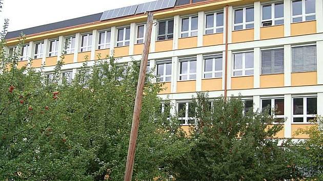 Karlovarské gymnázium má novou fasádu.
