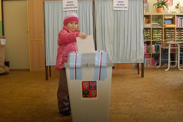 Rodiče často nechávají své děti vhodit obálku s kandidátem. Ty si tak s sebou odnáší nezapomenutelný zážitek v podobě návštěvy volební místnosti.