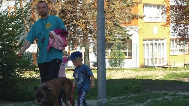 PEJSKAŘI UKLÍZEJÍ. V Tuhnicích většina majitelů psů poctivě po svých miláčcích uklízí a využívá sáčků na stojanech.