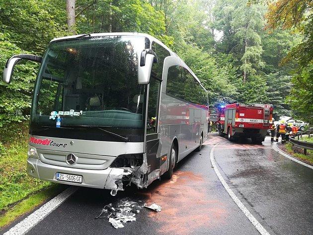 Nehoda autobusu sosobním vozidlem.