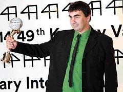 elkou cenu Mezinárodního filmového festivalu v Karlových Varech Křišťálový glóbus převzal dnes ve Velkém sále Thermalu gruzínský režisér George Ovašvili za film Kukuřičný ostrov.