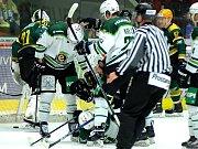 Hokejisté HC Energie (v bílém) přivítali Vsetín.