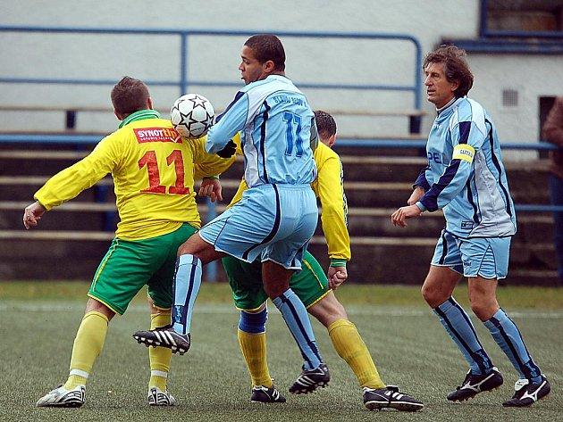 V dohrávce devátého kola podzimní části IV. fotbalové třídy porazila rezerva Slavoje Bečov (v modrém) nováčka TJ Dvory (ve žlutém) 4:1.