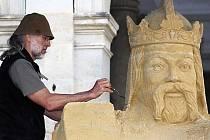 VYTVOŘENÍ SOCHY Karla IV. z písku, čehož se zhostil Tomáš Bosambo, bylo jednou z úspěšných akcí pořádaných v Karlových Varech při oslavách zakladatele města.