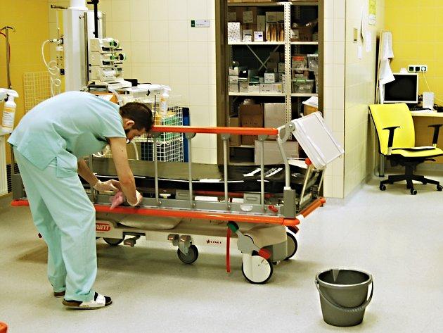 Emergency stabilně disponuje pěti lůžky a kompletně vybaveným akutním operačním sálem.