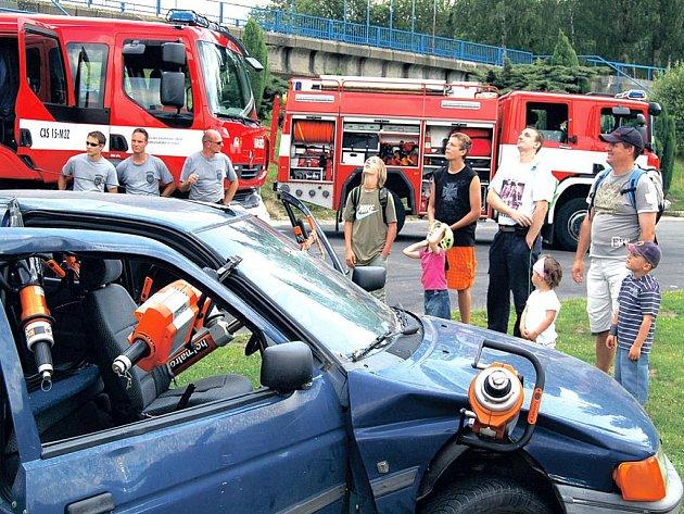 Hasiči, záchranáři, Policie ČR, vojáci i zástupci Hosrské služby a kynologové se v sobotu představili veřejnosti na Dni záchranářů.