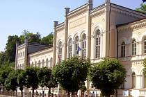 Plomba. Ani s Lázněmi III (na snímku) nemohou Karlovy Vary nijak nakládat. Kvůli neuhrazeným dluhům má město obstavený majetek. Přestože pohledávku radnice zaplatila, ostuda zůstala.