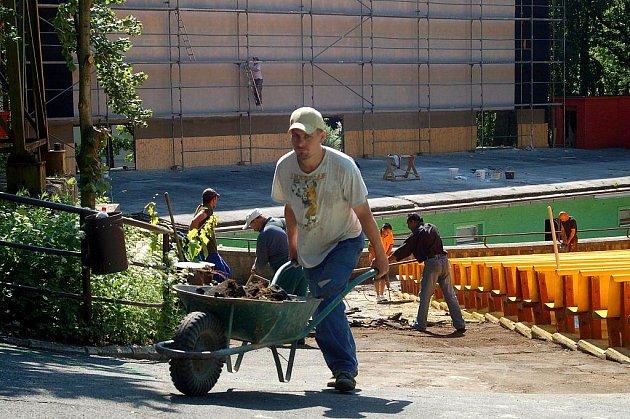 NA PLNÝ PLYN. Práce na obnově letního kina v Karlových Varech velmi rychle postupují. Každý den je vidět nějaký pokrok.