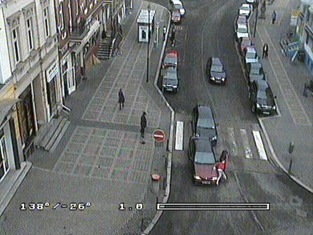 Záznam kamery karlovarské městské policie. Po střetu u přechodu pro chodce došlo mezi oběma řidiči ke rvačce.