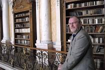 Knihovník je Pražan. Správce knihovny kláštera premonstrátů Milan Hlinomaz je rodilý Pražan. Když mu premonstráti před dvanácti lety nabídli místo, přistěhoval se i s rodinou.