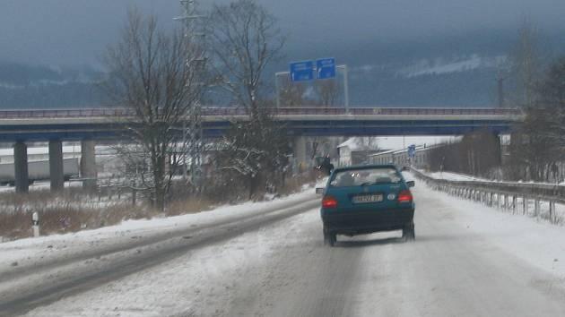 Počasí zlobilo. Vítr a také sníh míchaný s deštěm komplikovaly dopravu.