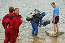 Teprve patnáctiletá dívka utonula v sobotu odpoledne při koupání v zatopeném lomu nedaleko Velkého rybníka na Hroznětínsku. Tělo utonulé hledali hasiči i policejní potapěči.