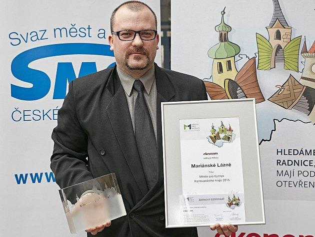 CENU za první místo převzal pro Mariánské Lázně tajemník městského úřadu Jiří Šrámek.