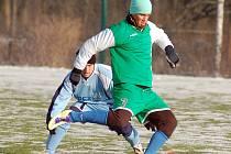 V zahajovacím utkání Zimního poháru Tj Vojkovice pokořili fotbalisté Bečova (v modrém) Vojkovice 5:4.
