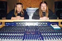 Ladislav Křížek (vlevo) sedí u svého TLAudio spolu s kytaristou své domovské kapely Kreyson, Plzeňákem Radkem Krocem.
