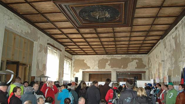Zchátralé interiéry horského hotelu na Klínovci.