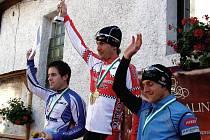 Už posedmé za sebou si pro pohár pro absolutního vítěze na Andělskou Horu dojel Ladislav Fabišovský. Vlevo je druhý Vojta Marvan z Kadaně a vpravo bronzový Jiří Folvarčík z Chodova.