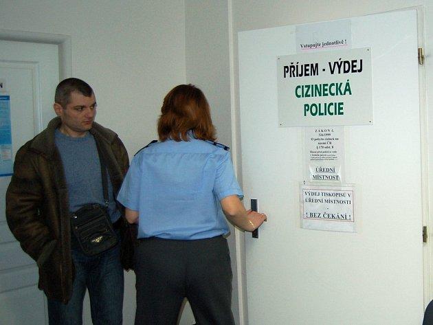 Dvě (nyní již bývalé) pracovnice cizinecké policie jsou však nyní obviněny ze závažných trestných činů. Nikdo z jejich kolegů nechápe, jak je to možné. Kontrola je zde velmi přísná.