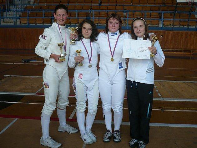 MISTRYNĚ. Zlaté medaile v soutěži družstev vybojovaly (zleva) Tereza Kubová, Lucka Hornová, Petra Myšková a Natálka Ondráčková.