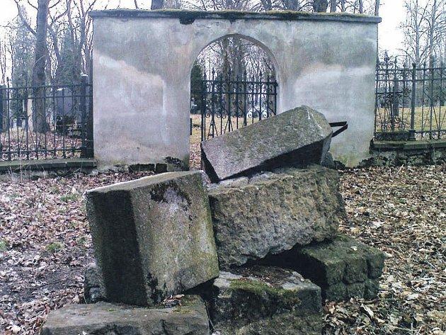 Hřbitov. Loket plánuje úpravu hřbitova. Jak naloží s povalenými náhrobky a takzvanými nefunkčními hroby, zatím neví.
