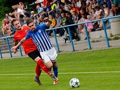 Ostrov (v pruhovaném) oplatil Lomnici (v červeném) podzimní porážku 2:0, kdy slavil v domácím prostředí výhru 4:2.