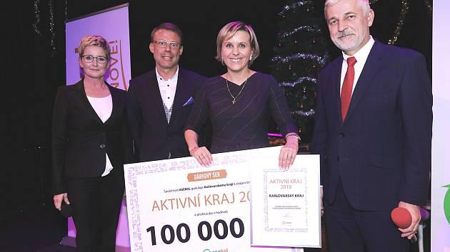 Za Karlovarský kraj převzala ocenění hejtmanka Jana Mračková Vildumetzová.