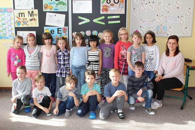 Žáci 1.třídy Základní školy vBochově spaní učitelkou Lucií Černokovou.