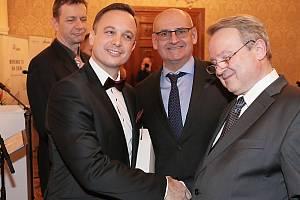 Ocenění pro Exportéra roku v Karlovarském kraji převzal jednatel nejdecké společnosti Tomáš Michal (vlevo).