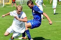 Karlovarská Slavia (v modrém) si připsala na konto nerozhodný výsledek 3:3 na půdě Chomutova. Ilustrační foto.
