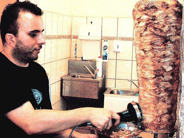 Lukáš Martinec, který připravuje oblíbené jídlo kebap.