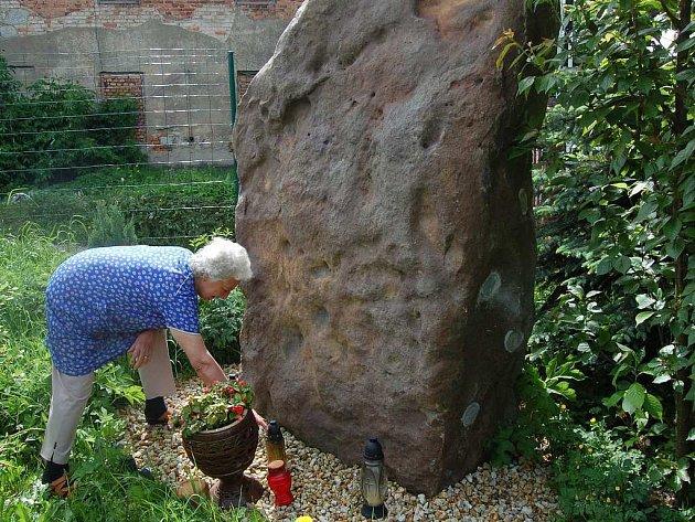Pozůstalí na zahradě. Irena Škardová nechala uložit popel svého manžela do kamene přímo na zahradě svého domu v Olšových Vratech.