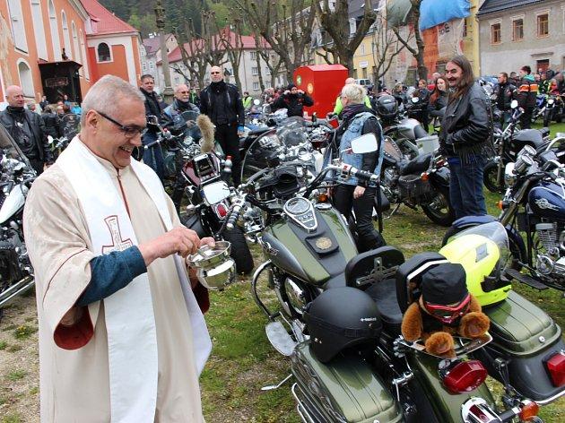 Stovky motorkářů zahájily v pondělí novou sezonu setkáním v Karlových Varech, společnou jízdou do Nejdku a mší v tamním kostele svatého Martina s následným požehnáním motorkám i strojům. Akci připravili tradičně karlovarští Lion Bikers a zúčastnilo se jí